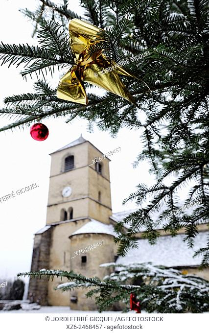 Christmas tree in front of the Chateau-Chalon church, département du Jura, France, Europe