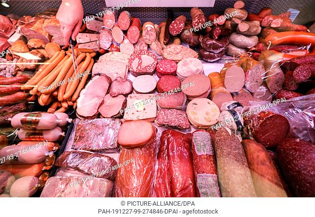15 November 2019, Saxony, Leipzig: Different kinds of sausage are lying in a meat counter in a supermarket. Photo: Jan Woitas/dpa-Zentralbild/ZB