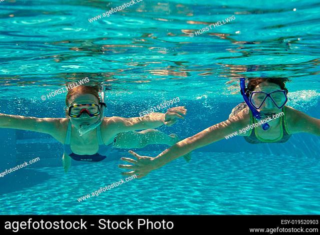 Mädchen schnorcheln im Pool