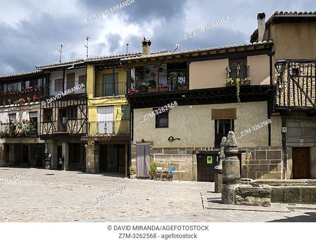Plaza Mayor y fuente de San Martín del Castañar. Sierra de Francia. Salamanca. Castilla León. España