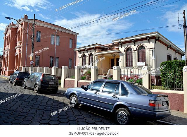 Cartório instalado em casarão antigo e a esquerda prédio da Prefeitura Municipal no centro da cidade o município faz parte do roteiro religioso Caminho da Fé...