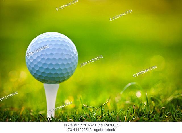 Ein Golfball beim Abschlag liegt bereit auf dem Tee