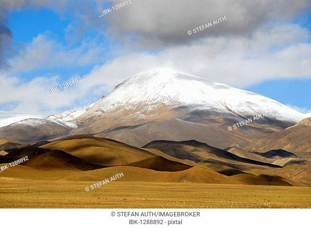 Landscape, mountains, snow-capped peak, hills bathed in light and shadow, at Tingri, Himalayas, Tibet Autonomous Region, People's Republic of China, Asia