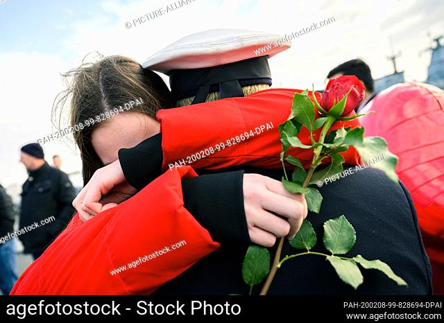 """08 February 2020, Lower Saxony, Wilhelmshaven: A young woman embraces as a greeting a marine who was on duty with the frigate """"""""Hamburg"""""""" and has returned to..."""