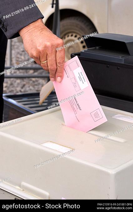 16 September 2021, Rhineland-Palatinate, Rech: Federal Election Commissioner Dr. Georg Thiel tests the voting process on one of the mobile voting buses in the...