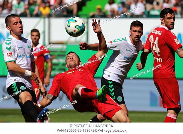 06 May 2018, Germany, Fuerth: Football, 2ndGerman Bundesliga, SpVgg Greuther Fuerth vs MSV Duisburg at the Sportpark Ronhof Thomas Sommer