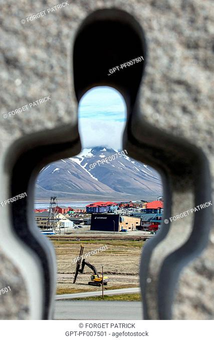 SCULPTURE IN FRONT OF THE CHURCH, CITY OF LONGYEARBYEN, THE NORTHERNMOST CITY ON EARTH, SPITZBERG, SVALBARD, ARCTIC OCEAN, NORWAY BOIS