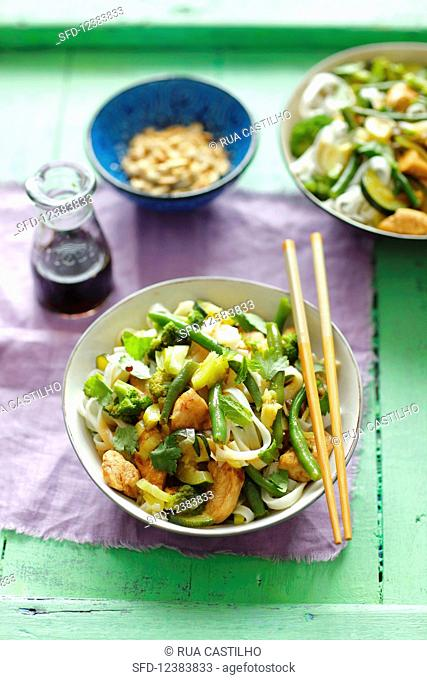 Rice noodles with chicken, broccoli, green beans and herbs