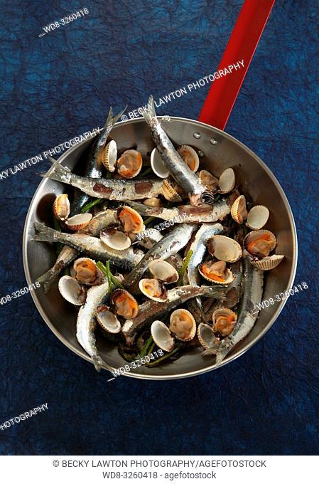 cazuela de sardinas y berberechos con esparragos