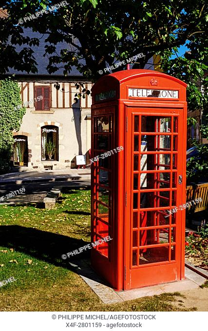France, Cher (18), Sologne, Aubigny-sur-Nere, the Jacques Coeur road, City of Stuart, Scottish phone box on the square of Etape aux Vins
