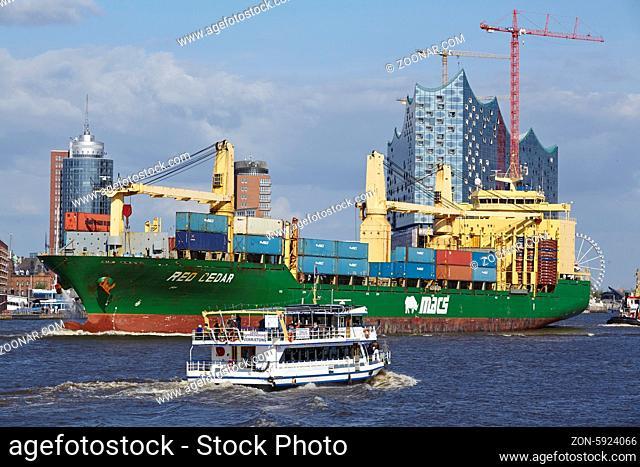 Das Containerschiff Red Cedar wird am 3. Mai 2014 durch die Elbe im Hamburger Hafen gezogen