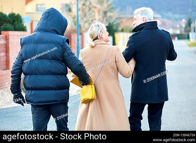 Dieb bei Taschendiebstahl aus Handtasche von einer Frau