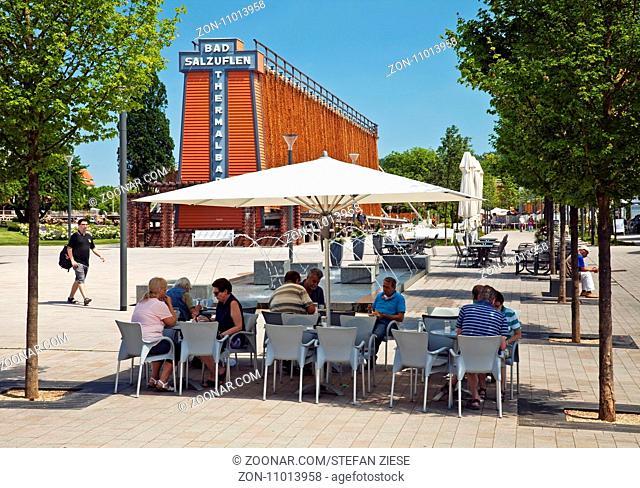 Menschen mit Gradierwerk am Rosengarten, Bad Salzuflen, Teutoburger Wald, Ostwestfalen-Lippe, Nordrhein-Westfalen, Deutschland, Europa