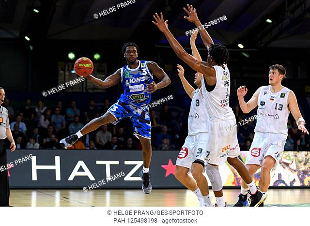 Quinton Marcus Stroman (Lions) in duels with Marcell Pongo (Nuernberg) and Lee William (Nuernberg). GES / Basketball / ProA: PSK Lions - Nuernberg Falcons, 12