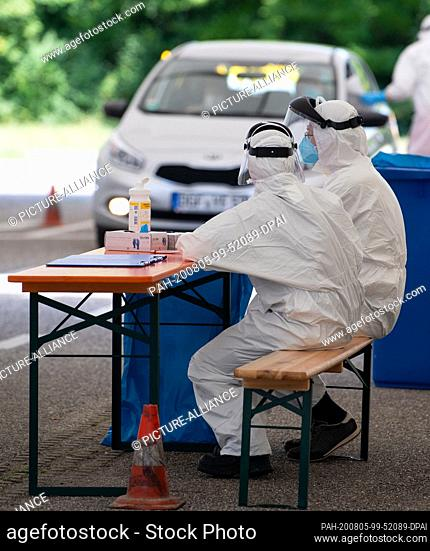 05 August 2020, Mamming: A car with two persons drives to a corona test station on a village square. The number of people infected with corona in Mamming...
