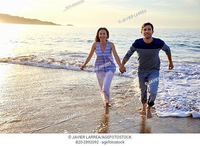 Couple, Beach, Hendaye, Aquitaine, Pyrenees Atlantiques, France, Europe