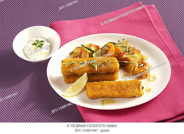 Fish fingers with vegetables, fried potatoes and paprika dip