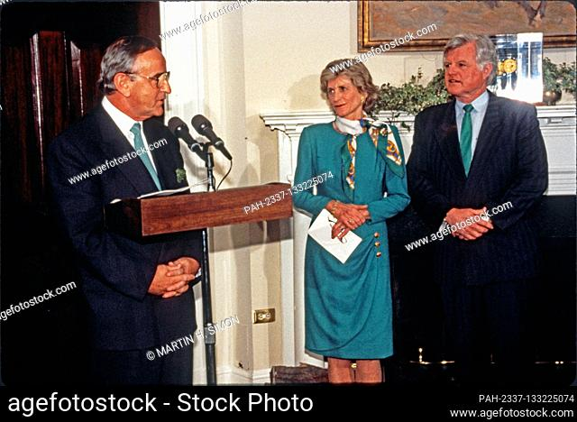 Taoiseach (Prime Minister) Albert Reynolds of Ireland makes remarks during the ceremony where he will present United States President Bill Clinton with a bowl...