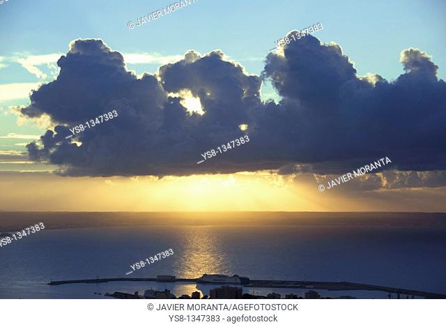 Spain, Balearic Islands, Mallorca, Sunrise on the Bay of Palma