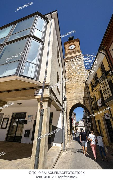 Puerta y reloj de la Villa, Almazán, Soria, comunidad autónoma de Castilla y León, Spain, Europe
