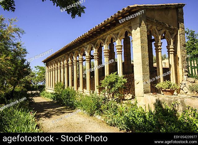 arcos góticos del siglo XIII provenientes del antiguo convento de Santa Margalida de Palma. Monasterio de Miramar, fundado en 1276 . Valldemossa