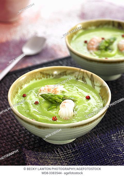 crema de guisantes con cigalas y esparragos salteados / pea cream with crayfish and sauteed asparagus