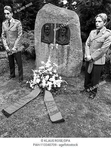 On Anti-War Day in Cologne on 02.09.1978, left-wing soldiers of the Bundeswehr and members of the SDAJ pay tribute to the war opponents Reichspietsch and Koebes