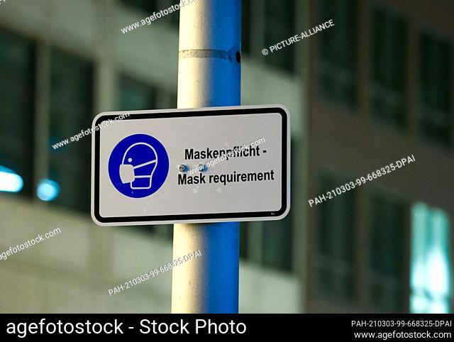 17 January 2021, Berlin: A sign in Friedrichstraße indicates that pedestrians are required to wear masks, even outdoors. Photo: Soeren Stache/dpa-Zentralbild/ZB