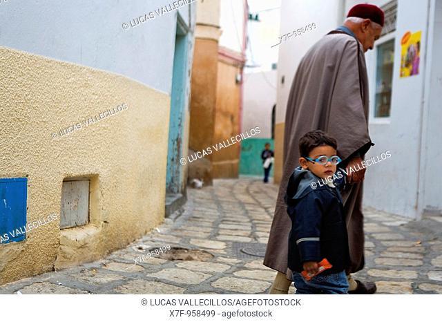 Tunez: Sousse Medina  Grandfather and grandson