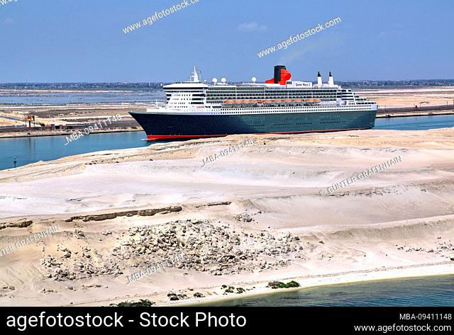 Transatlantic liner Queen Mary 2 in the Suez Canal (Suez Canal), Egypt