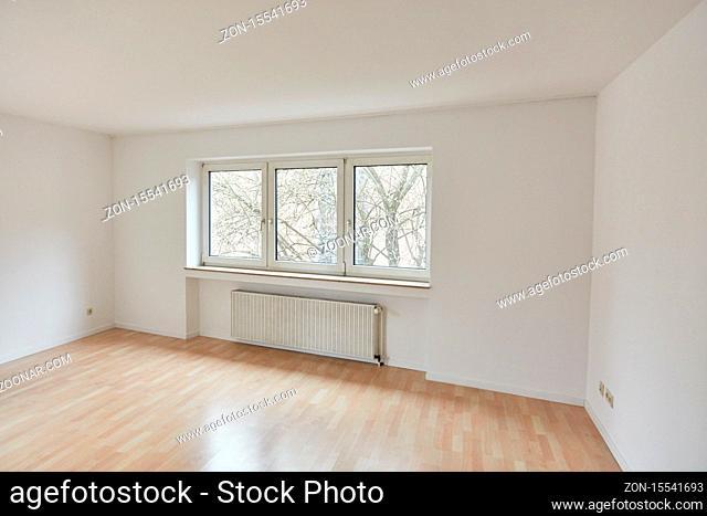 Großer leerer Raum als Wohnzimmer in Wohnung nach Renovierung in einem Altbau
