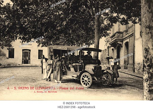 Line bus with passengers at the stop in the Square of Sant Vicens de Llavaneres, on a postcard of?