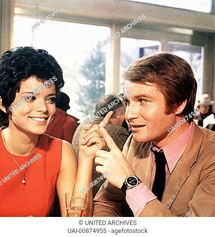 Marion Nietnage (USCHI GLAS) und Hubert Böhm (FRITZ WEPPER) sind mit von der Partie... Regie: Harald Reinl / WIR HAU'N DIE PAUKER IN DIE PFANNE BRD 1970