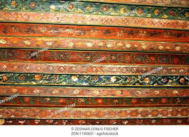 Dekoration mit Arabesken an einer hözernen Kassettendecke im Fort Jabrin, Dhakiliya Region, Sultanat von Oman / Arabesque pattern on a wooden coffered ceiling...