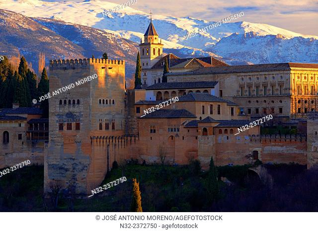Alhambra, UNESCO World Heritage Site, Sierra Nevada and la Alhambra at Sunset, Granada, Andalusia, Spain