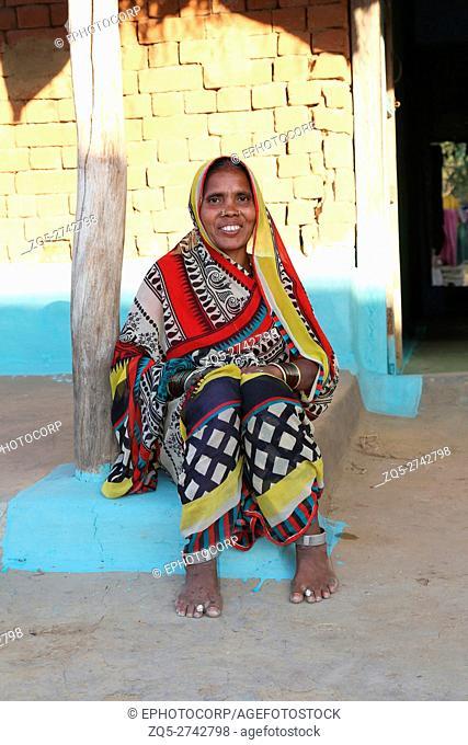 Tribal woman sitting outside home, BHAINA TRIBE, Soniyapath village, Jhangir Chapa dist, Chattisgarh, India