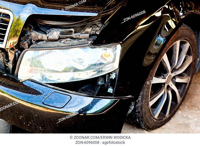 Ein Auto mit Blechschaden nach einem Unfall in einer Autowerkstatt
