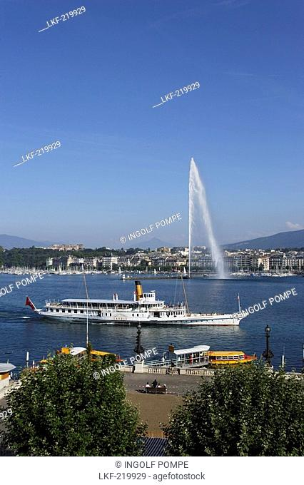 Excursion boat and Jet d'Eau one of the largest fountains in the world, Lake Geneva, Geneva, Canton of Geneva, Switzerland