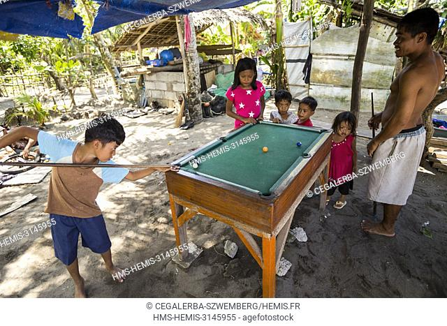 Philippines, Luzon, Camarines Sur Province, San Jose, familly playing billard in the backyard of a house in a fisherman village