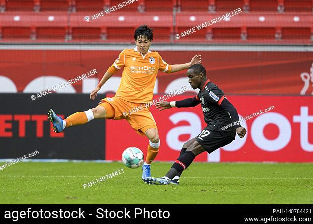 Moussa DIABY r. (LEV) in duels versus Masaya OKUGAWA (BI), action, football 1st Bundesliga, 25th matchday, Bayer 04 Leverkusen (LEV) - Arminia Bielefeld (BI)