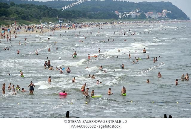 Many tourists enjoy the hot weather at the beach in Heringsdorf, on the Island of Usedom, Germany, 15 August 2015. PHOTO: STEFANSAUER/dpa | usage worldwide