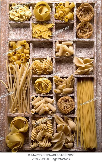 Presentation of varieties of Italian pasta made with white flour