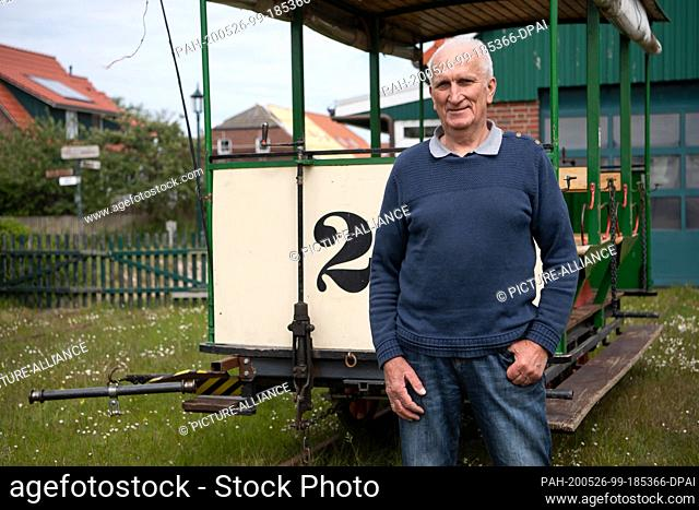 16 May 2020, Lower Saxony, Spiekeroog: Dieter Mader, chairman of the Inselmuseum Spiekeroog, stands in front of the carriage