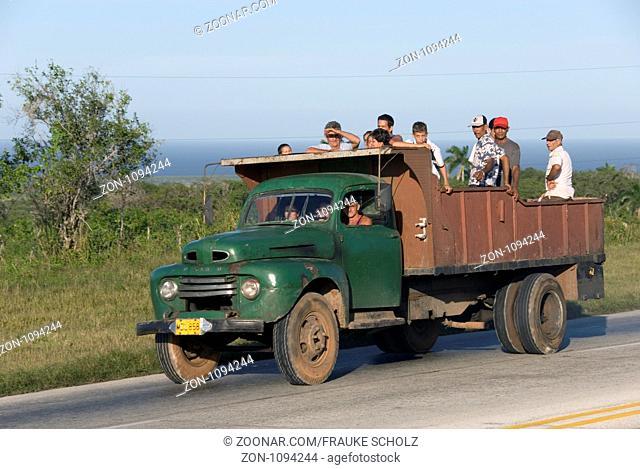 Kuba, Karibik, Region Matanzas, Menschen auf der Ladeflaeche eines LKW
