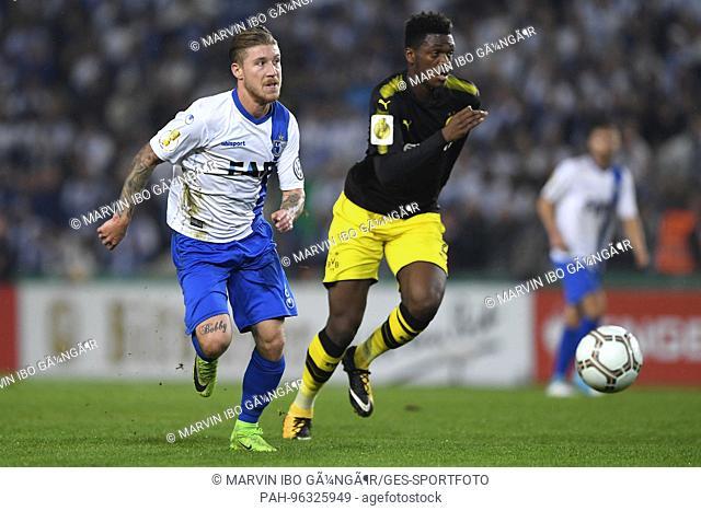 Philip Tuerpitz (FCM, ll) versus Dan-Axel Zagadou (BVB, r.) GES/ Fussball/ DFB Pokal 2. Runde: 1. FC Magdeburg - Borussia Dortmund, 24.10