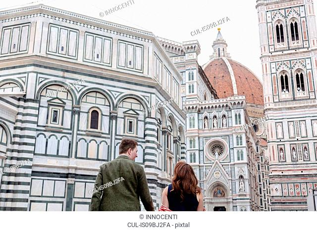 Young couple in front of Santa Maria del Fiore, Florence, Toscana, Italy