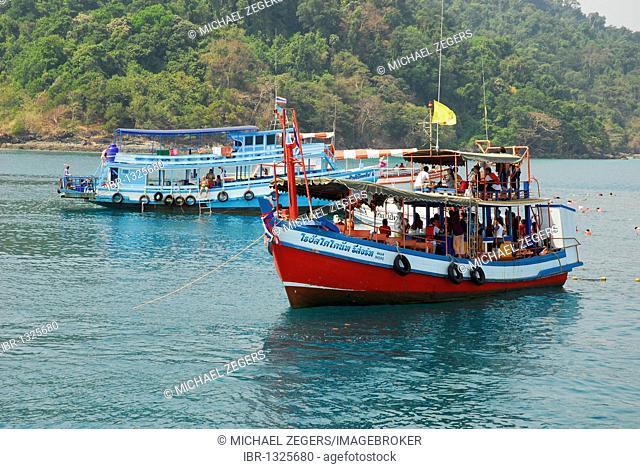Excursion boat near Koh Rung, Koh Rang Island, Koh Chang archipelago, National Park Mu Ko Chang, Trat, Gulf of Thailand, Thailand, Asia