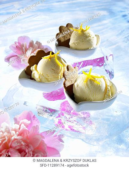 Ginger ice cream in dessert bowls