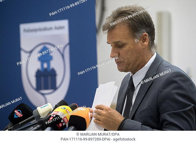 Head of the crime division of the police headquarters in Aalen, Reiner Moeller, can be seen during a press conference, whilst to his right the speaker of the...