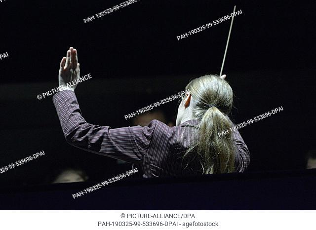 07 March 2019, Saxony, Leipzig: The conductor Giedre Slekyte conducts the orchestra during a rehearsal at the Leipzig Opera